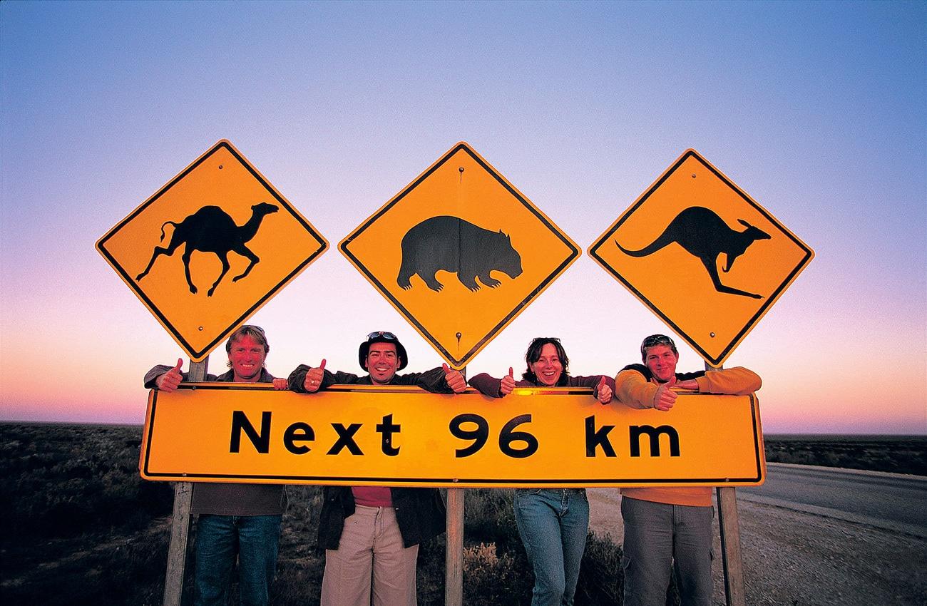Quartett in Australien mit Schildern