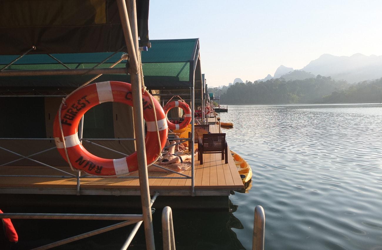 Pontons auf dem Cheow-Lan See in Thailand