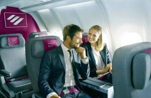 Zwei zufriedene Passagiere im Flugzeug