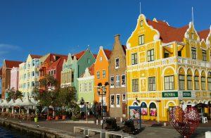 Bunte Häuser auf der Handeslskade in Willemstad
