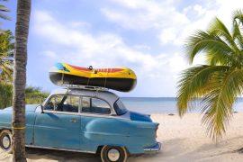 Die berühmten Oldtimer lassen sich auf Kuba selbst am Strand finden.