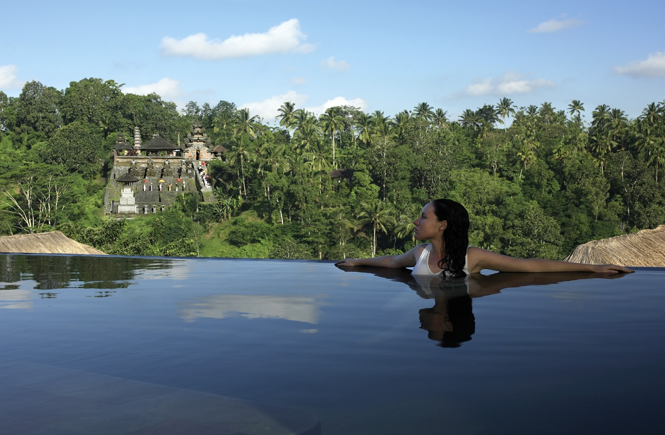 Frau im Pool in Bali