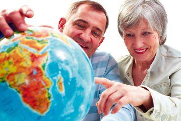 Urlauber mit Weltkugel