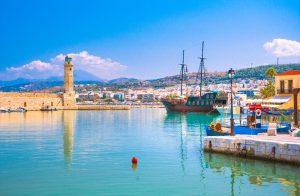 Entlang der Uferpromenade im alten venezianischen Hafen in Rethymnon kann man wunderbar spazieren gehen