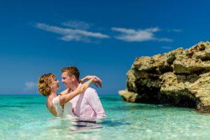 Hochzeitspaar im Meer