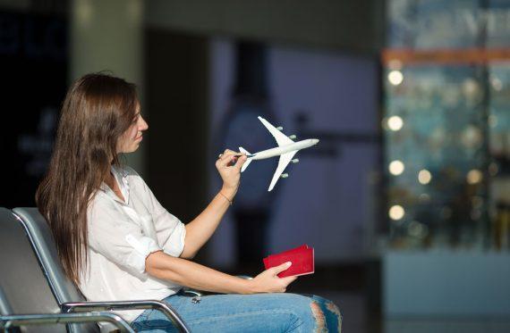 Frau mit Flugzeug