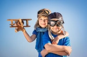 Kinder mit Flugzeug