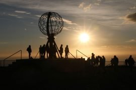Das weit nördlich des Polarkreises gelegene Nordkap reizt im Sommer mit einer niemals untergehenden Sonne