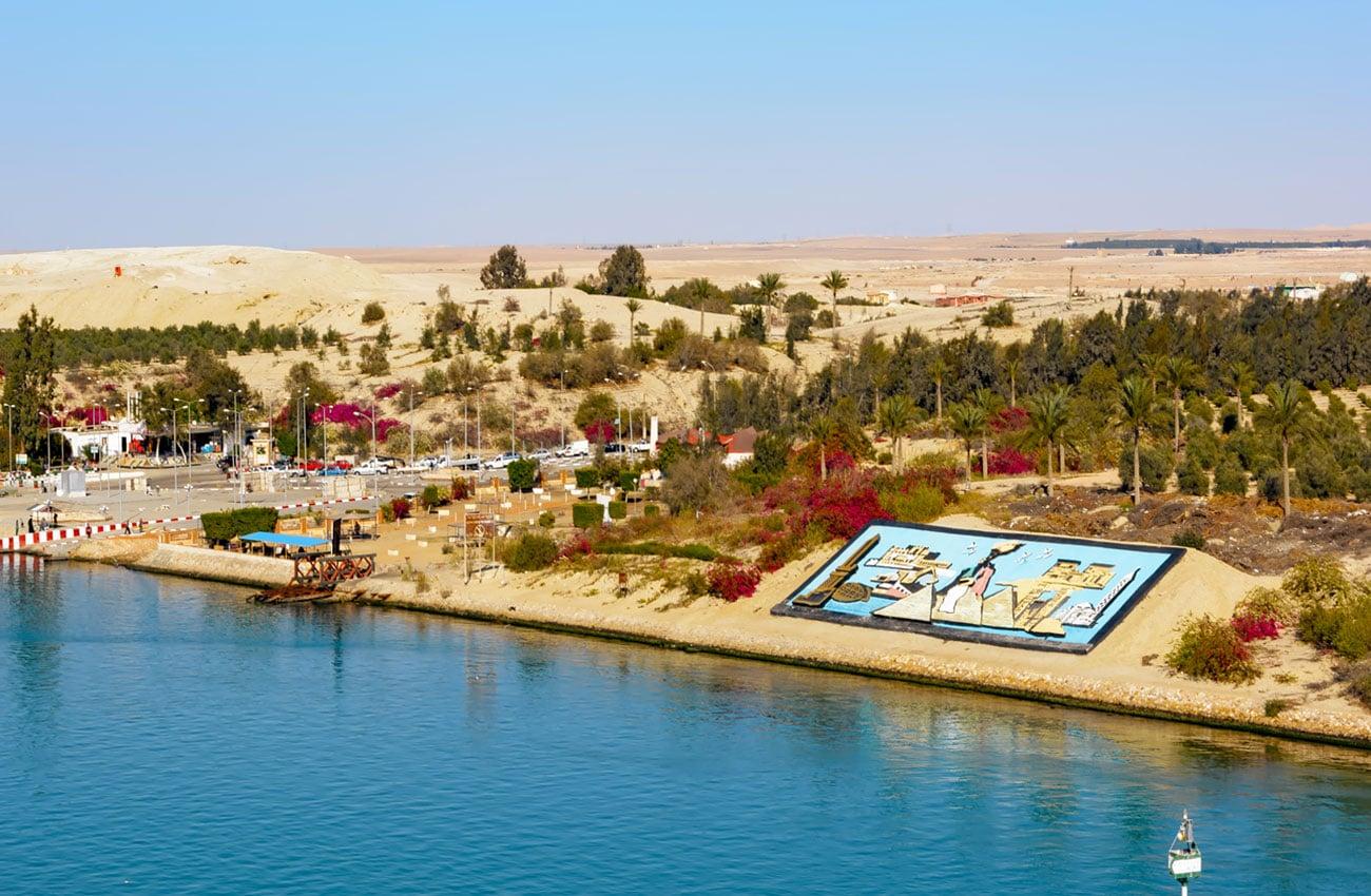 Der Kontrast von Wüste, Wasser und Himmel am Suezkanal hat fast schon eine meditative Wirkung.