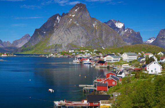 Kleine malerische Dörfer liegen inmitten der grandiosen Landschaft und Natur Norwegens