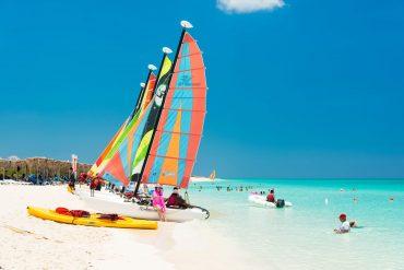 Am weißen weitläufigen Strand lassen sich alle möglichen Wassersportarten ausprobieren