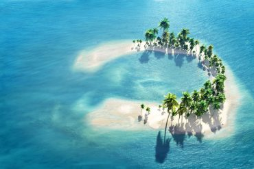 Hunderte Inseln, die wie grüne Smaragde mit weißer Einfassung im leuchtend blauen Meer unter strahlendem Sonnenschein liegen